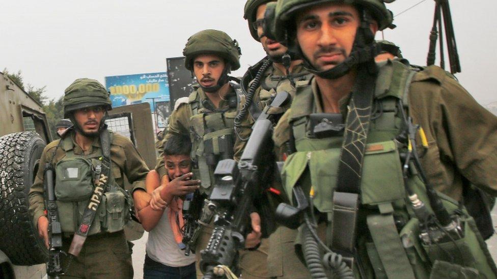 الجيش الإسرائيلي يعتقل طفلا فلسطينيا في جنوب نابلس بالضفة الغربية المحتلة