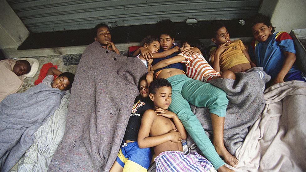 Muchos menores duermen juntos en un intento por protegerse de la violencia.