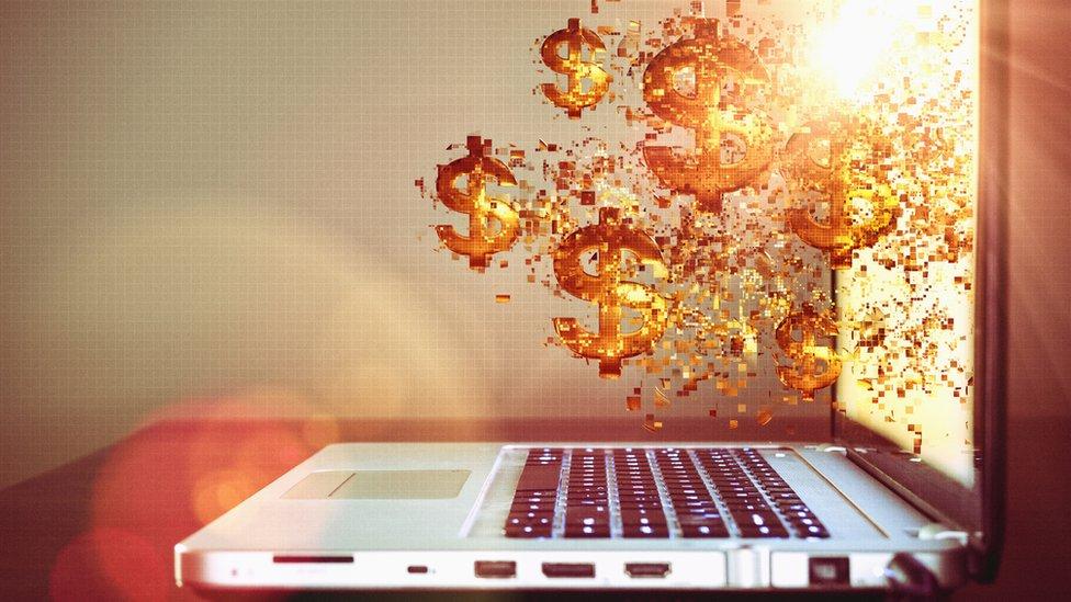 dinero y computadora