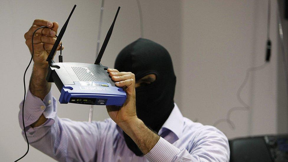 Un agente libanés con un router.