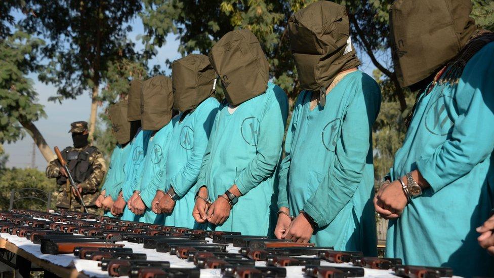 Sospechosos de militar en EI y en el Talibán en una conferencia de prensa en diciembre de 2016.