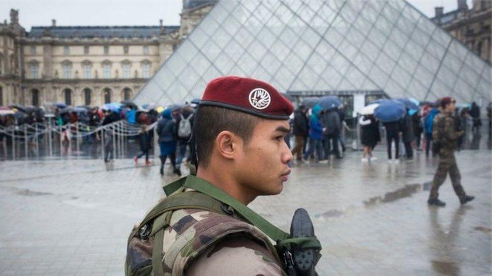 جندي في اللوفر