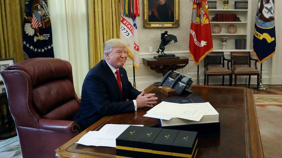 Donald Trump en su escritorio