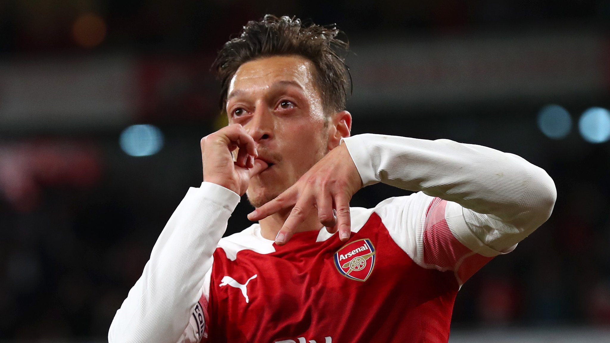 Ozil stars as Arsenal come from behind to beat Leicester for 10th straight win
