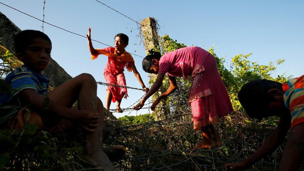 آلاف الروهينجا يهربون عبر الحدود من بورما إلى بنغلاديش