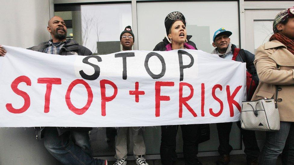 """Protesta contra la táctica policial de """"paro y registro"""" de transeúntes en Nueva York."""