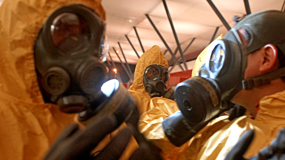 Un equipo forense busca rastros de agentes químicos en Malasia