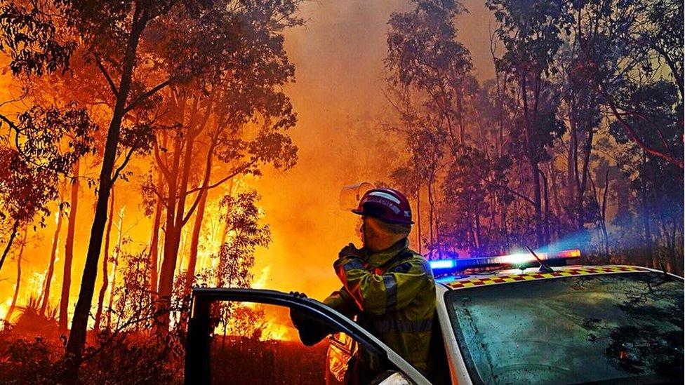 Bomberos luchando contra las llamas en las montañas de la ciudad de Perth.