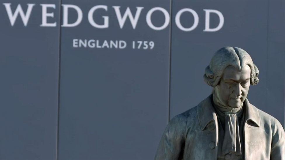 estatua de Josiah Wedgwood con nombre atrás