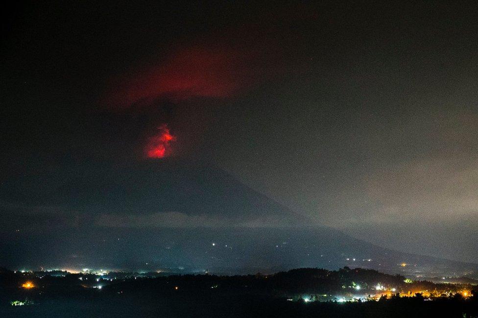 Volcan Agung en Bali de noche.
