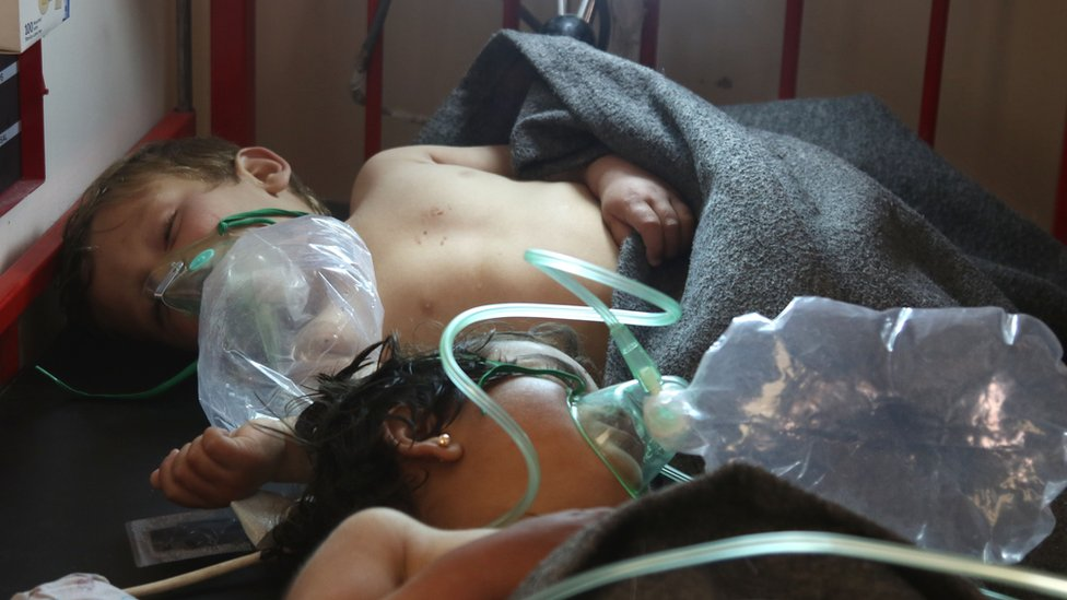 Niños reciben atención médica tras el ataque en Khan Sheikhun