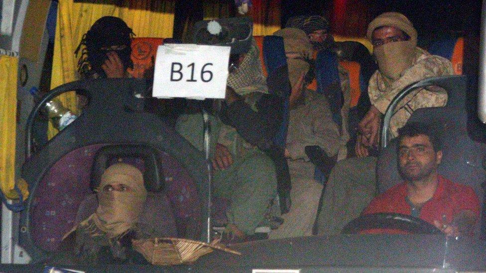 قافلة تقل مقاتلين لتنظيم الدولة الإسلامية