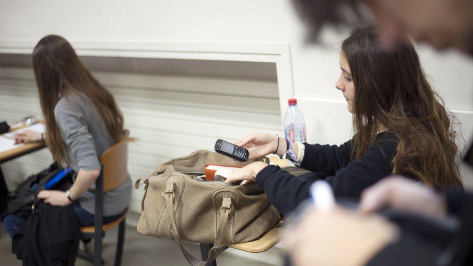 تلميذات بالمدارس يستخدمن هواتف نقالة