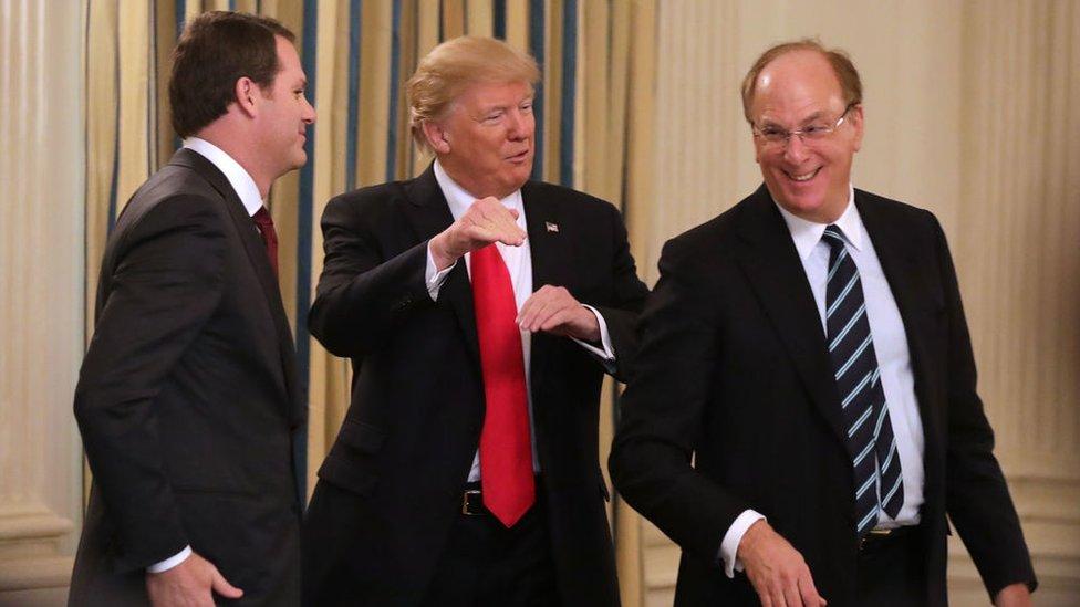 El presidente de Walmart, Donald Trump y Larry Fink en un foro en febrero de este año.
