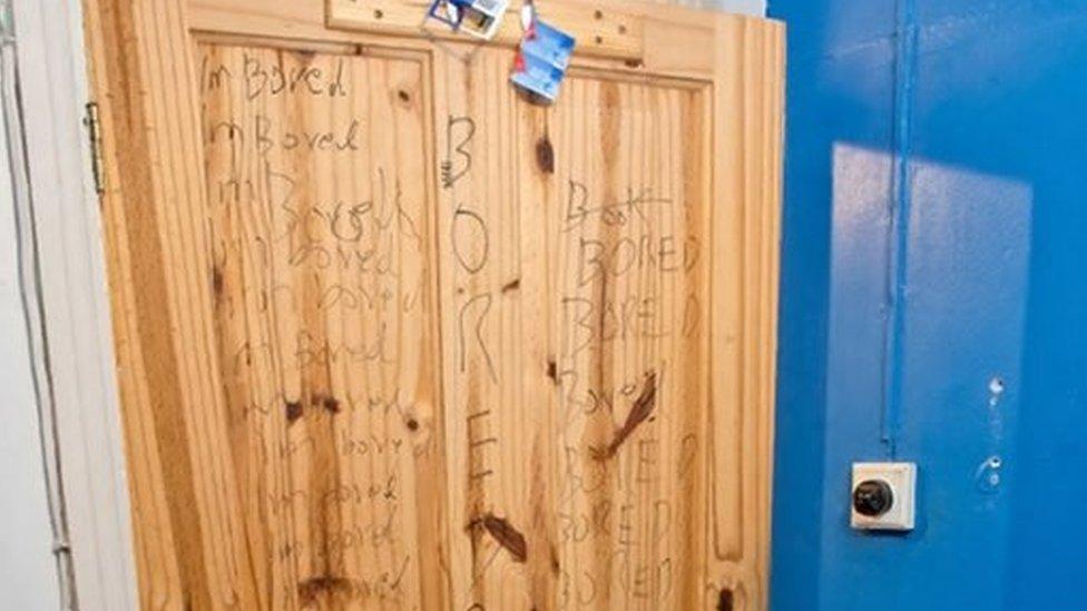 La puerta de la habitación de Ahmed Hassan con la frase escrita