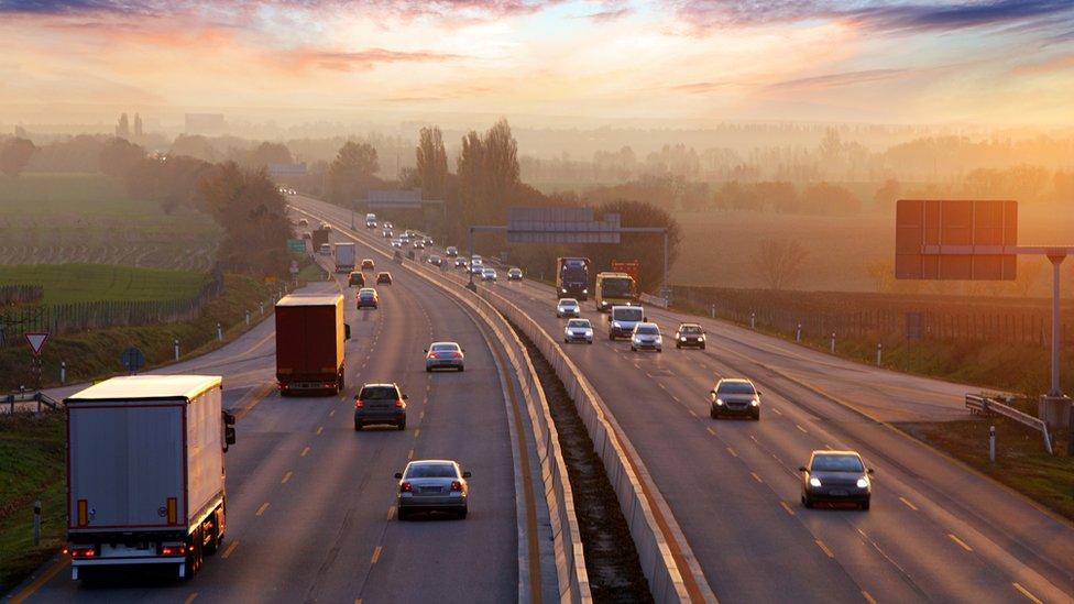 Abertis, una de las mayores empresas dedicadas a la construcción de carreteras a nivel mundial, que ha invertido en Argentina, Chile, Brasil y Colombia.