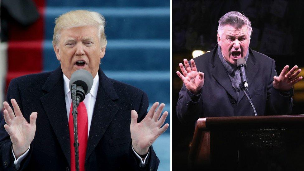 Donald Trump dando un discurso durante el discurso inaugural y Alec Baldwin imitándolo en una protesta organizada la noche anterior.