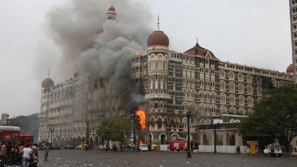 Serangan yang terkoordinasi dan dilakukan oleh porang-orang bersenjata ini menyerang Mumbai hampir sepuluh tahun lalu dan menyebabkan 160 orang meninggal.
