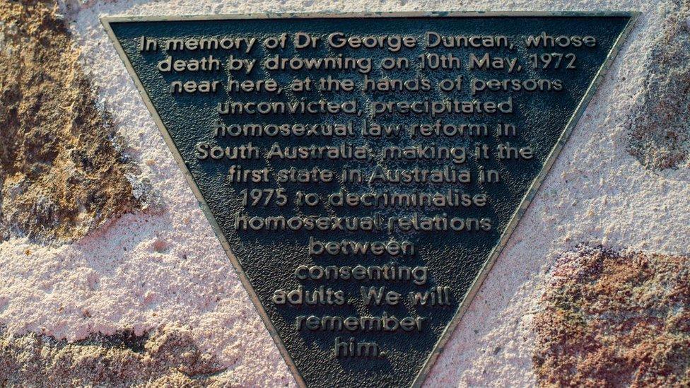 Placa conmemorativa de la muerte de Duncan.