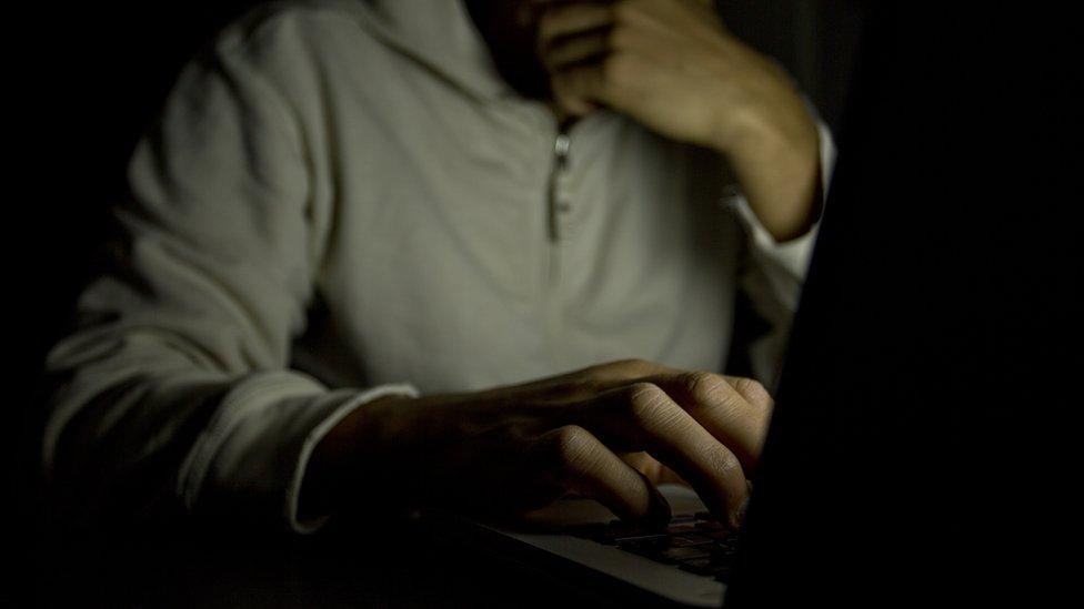 manos tecleando en una computadora