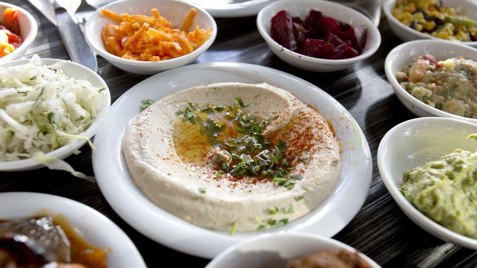 El humus b'tahini consiste en garbanzos, tahini, ajo y limón.