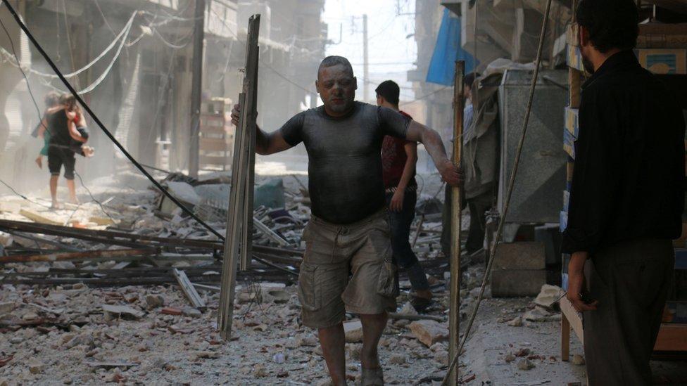 Residentes de Alepo luego de un bombardeo