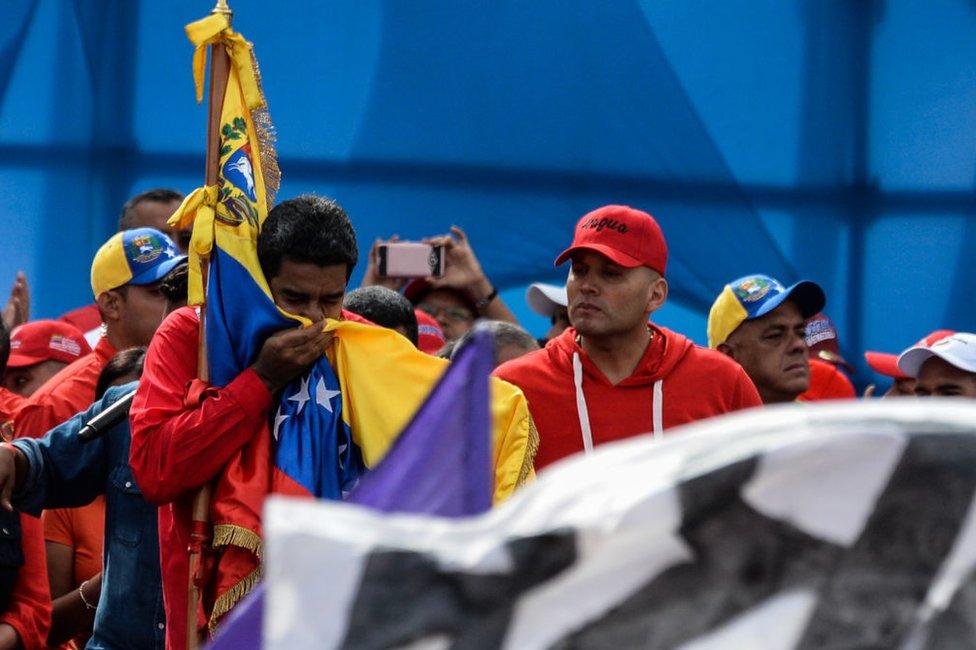 El presidente de Venezuela, Nicolás Maduro besando la bandera el 27 de julio en Caracas.