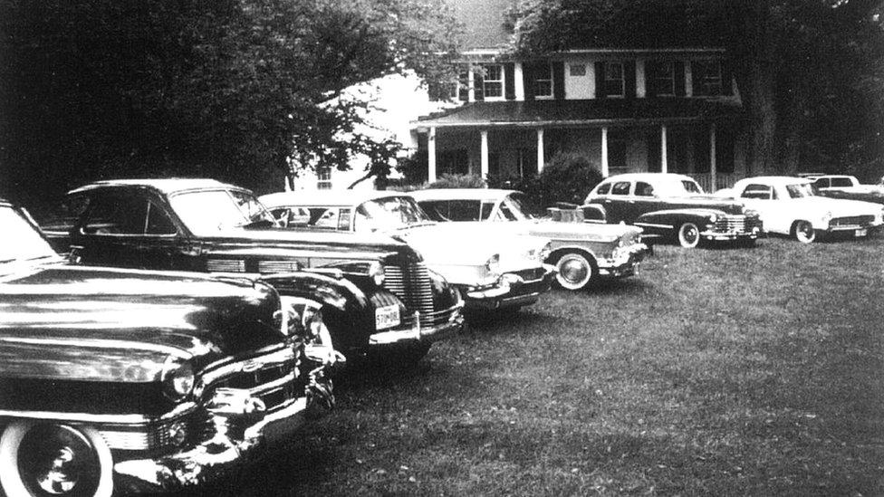 Autos estacionados afuera de la mansión de Barbara. Wikipedia Commons.