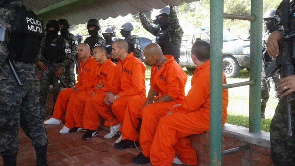 Miembros de la pandilla Barrio 18 siendo transferidos a la prisión de máxima seguridad de Santa Bárbara en septiembre de 2016.