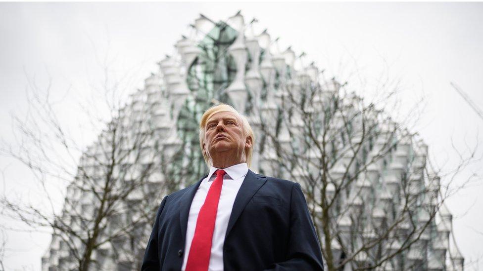 Una figura del presidente Donald Trump fue colocada frente a la nueva embajada en la rivera sur del río Támesis, en Londres.