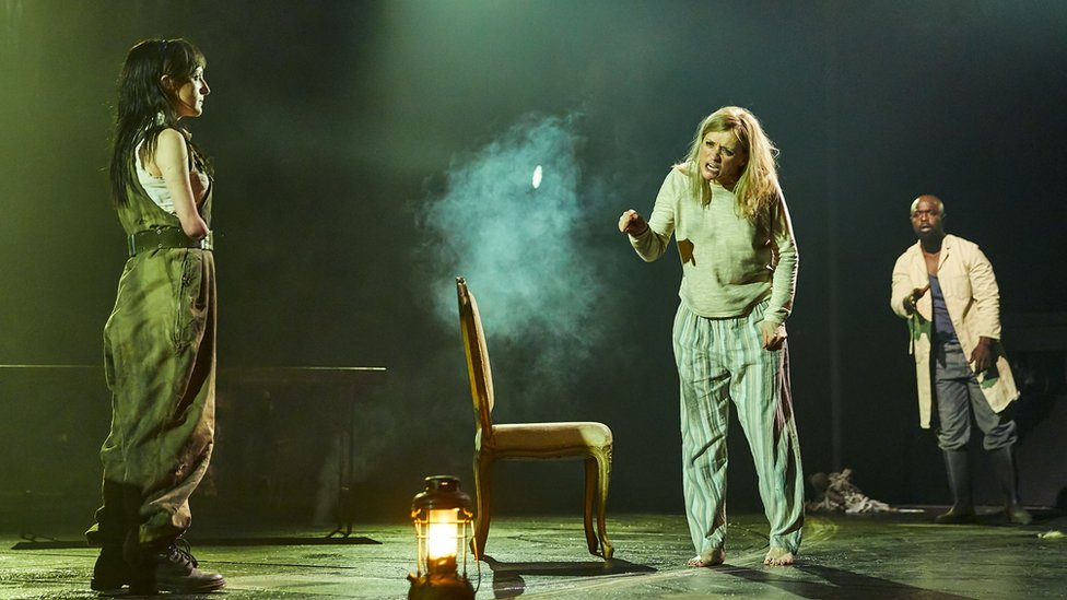 Escena de la obra Macbeth de William Shakespeare que se desarrolla en el Teatro Nacional de Londres. (Foto: gentileza National Theatre)