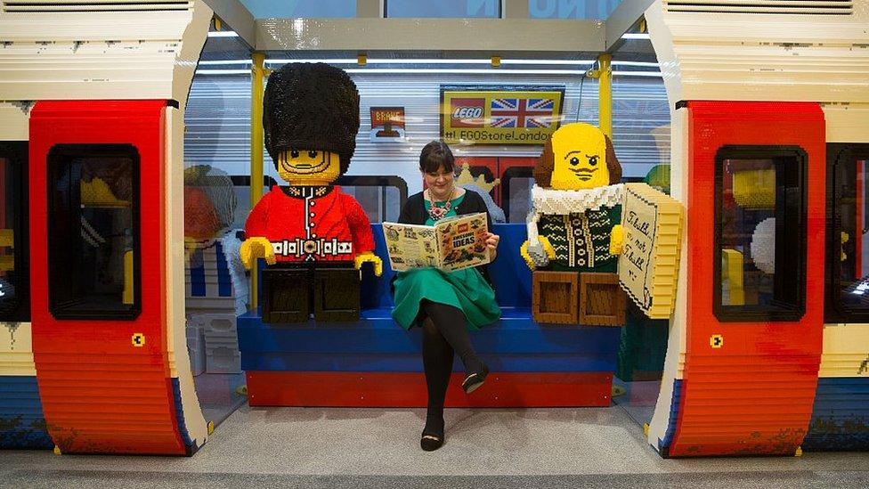 Vagón del metro de Londres hecho con piezas de Lego.