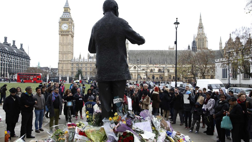 مواطنون يجتمعون حول تمثال لنيلسون مانديلا في لندن