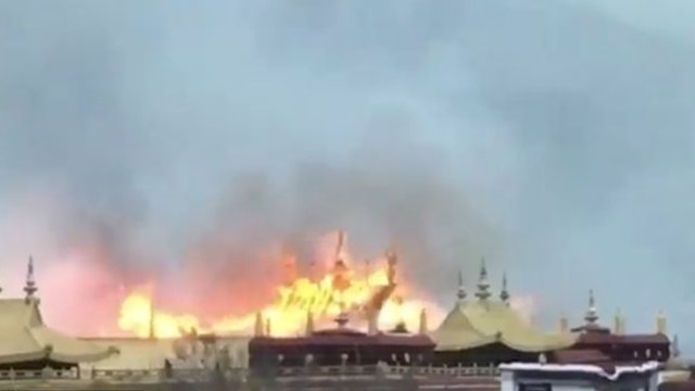 Chùa thiêng Tây Tạng chìm trong lửa