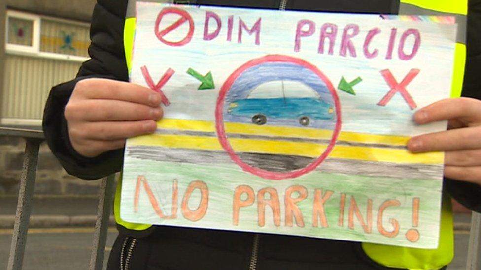 Illegal parking 'a danger to Ysgol Llanllyfni pupils'