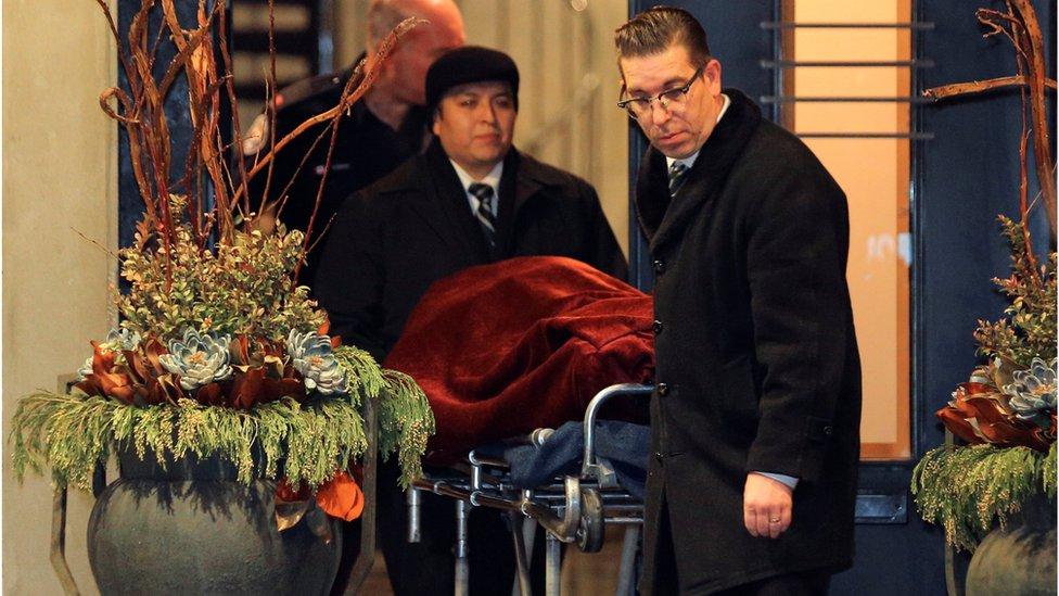 Los cuerpos, cubiertos con mantas, fueron sacados de la casa, en el noreste de Toronto.