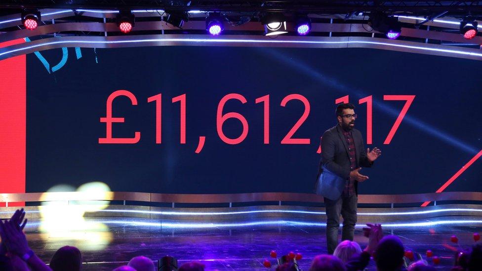 Imagen del evento de 2017 de Comic Relief mostrando la cantidad de dinero recaudado.