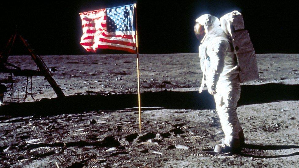 Astronauta sobre la Luna.