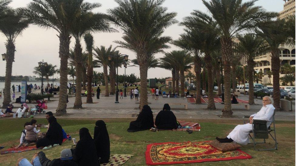 Saudíes disfrutan una tarde al aire libre