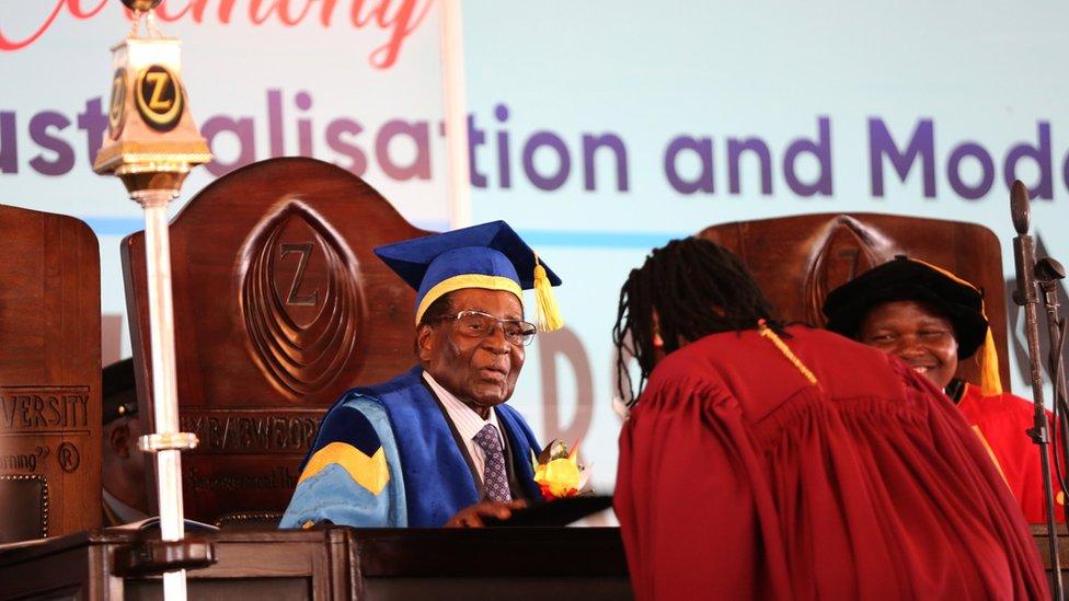 El Ejército puso a Mugabe bajo arresto domiciliario, aunque 48 horas después el mandatario presidió un acto en una universidad de Harare.