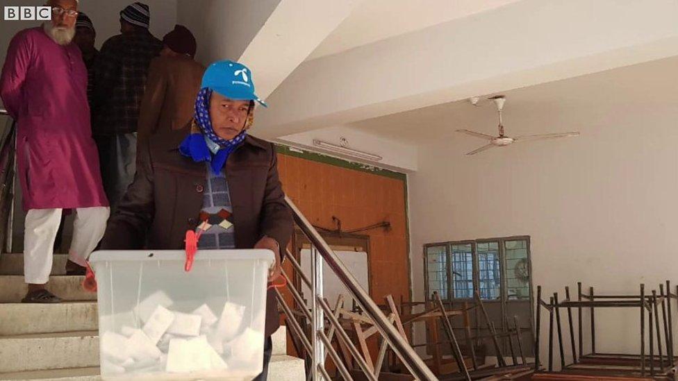 সংসদ নির্বাচন: চট্টগ্রামে ভোটের আগে ব্যালট বাক্স ভরা দেখতে পেলেন বিবিসি