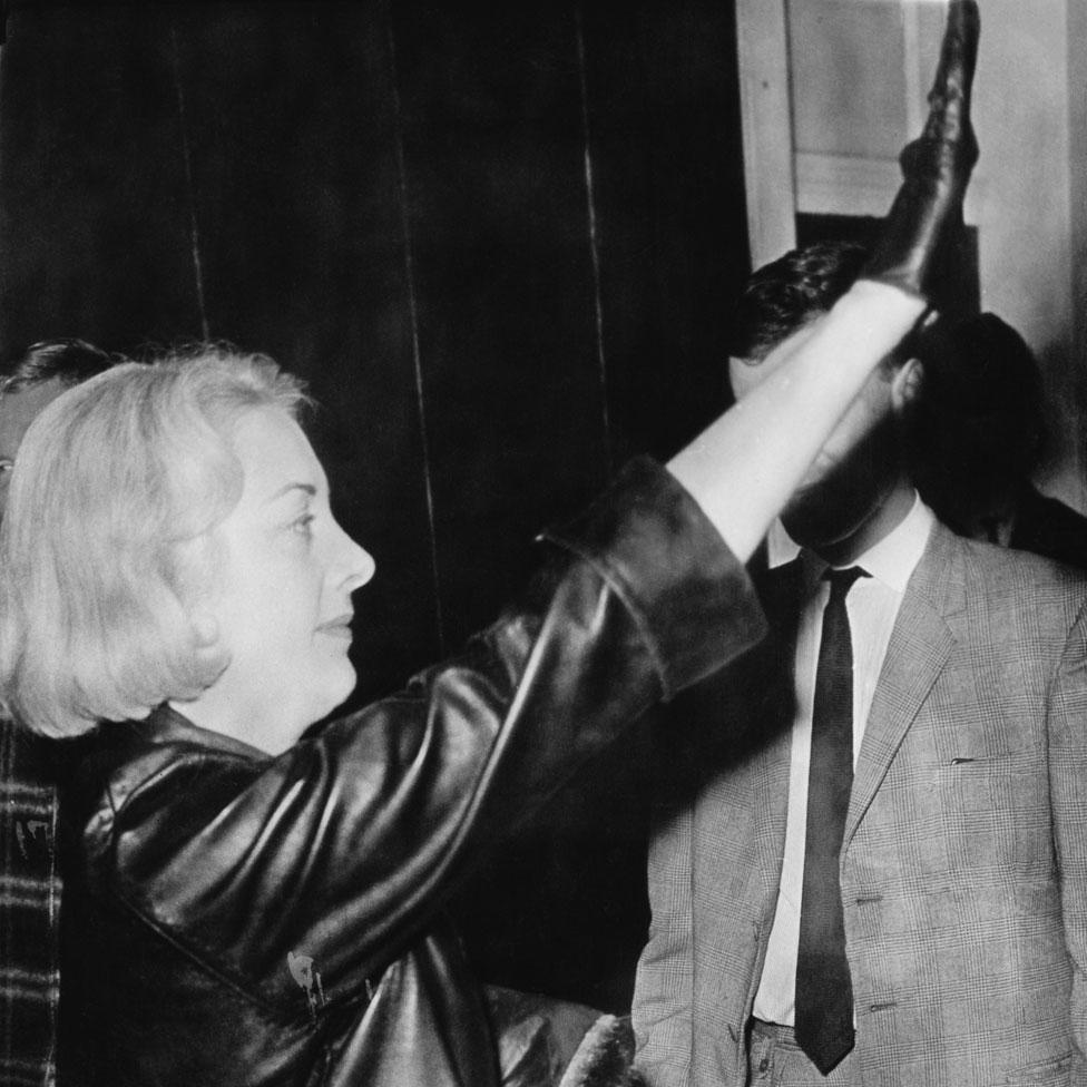 Francoise Dior haciendo el saludo nazi después de su matrimonio en Coventry, en 1963