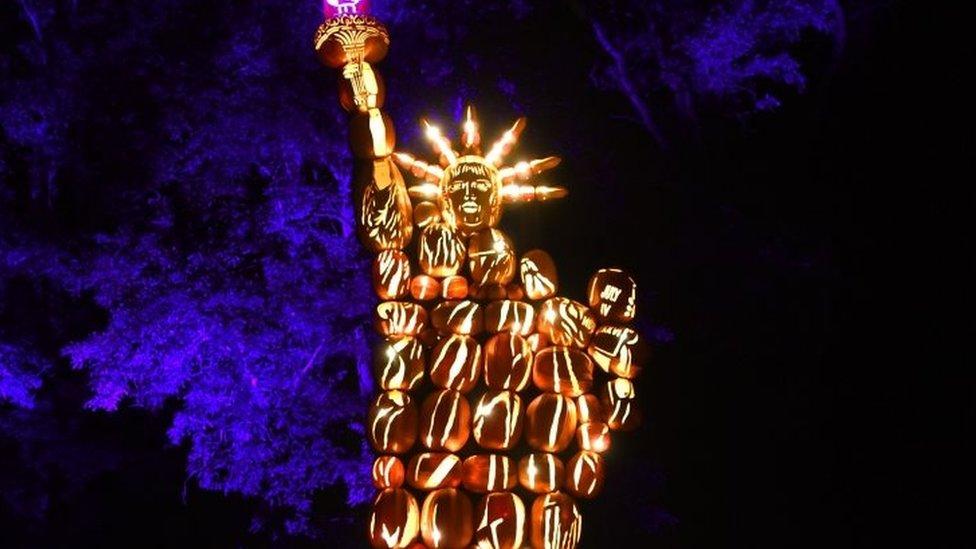 ثمار قرع مضاءة على شكل تمثال الحرية