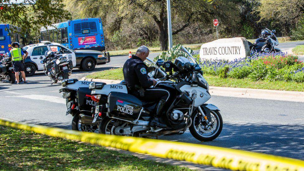Policías en el lugar de una explosión en Austin.