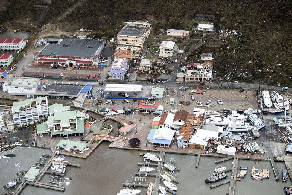 Escombros y desechos dispersos a lo largo de la marina en Philipsburg, San Martín.