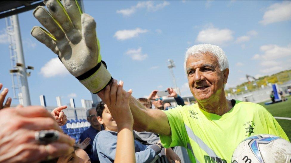 Старейшим в мире профессиональным футболистом стал 73-летний израильтянин Исаак  Хайик - BBC News Русская служба