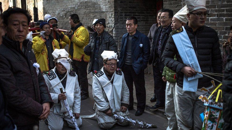 Los funerales tradicionales en China implican una serie de rituales y actividades entre las que se incluye el canto, el uso de instrumentos musicales y la caligrafía, entre muchos otros.