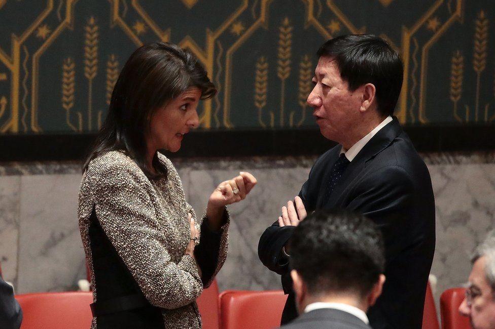 المندوبة الأمريكية تتحدث مع المندوب الصيني في مجلس الأمن