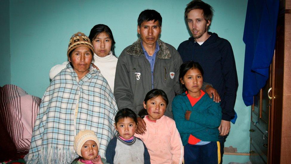 Familia de Marlene Rojas, asesinada en la Masacre de Octubre de Bolivia. (Foto: Thomas Becker/Centro de Derechos Constitucionales)
