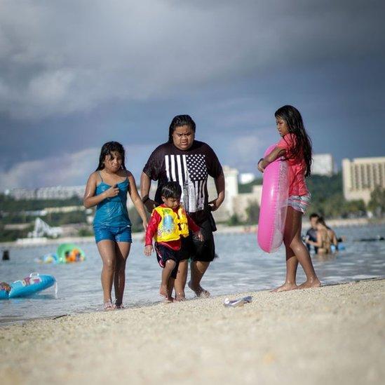 Niños en una playa en Guam.